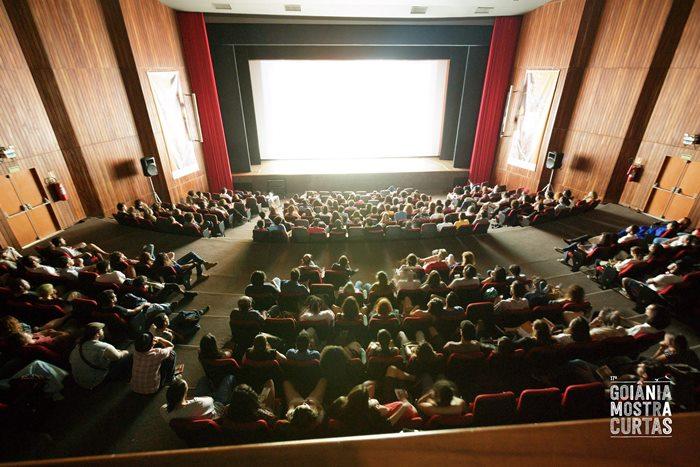 Público acompanhando edições anteriores do Festival de Cinema Goiânia Mostra Curtas.