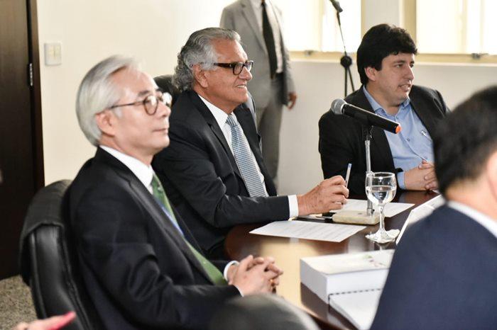 Caiado ao centro, representantes da KSB Energy e Enspire Group à direita dele e o secretário de Desenvolvimento, Adriano da Rocha Lima à esquerda.