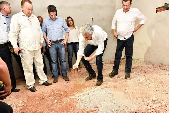 Governador Ronaldo Caiado, secretário da Saúde de Goiás, Ismael Alexandrino, e comitiva em visita às obras do Hospital de Águas Lindas.
