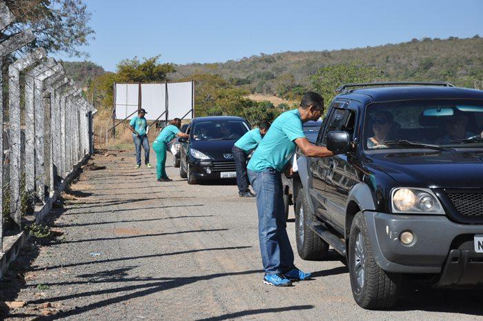 Balada Responsável é intensificado nos principais destinos turísticos do Estado durante as férias. Na imagem panfletos sendo entregues a motoristas nas estradas.