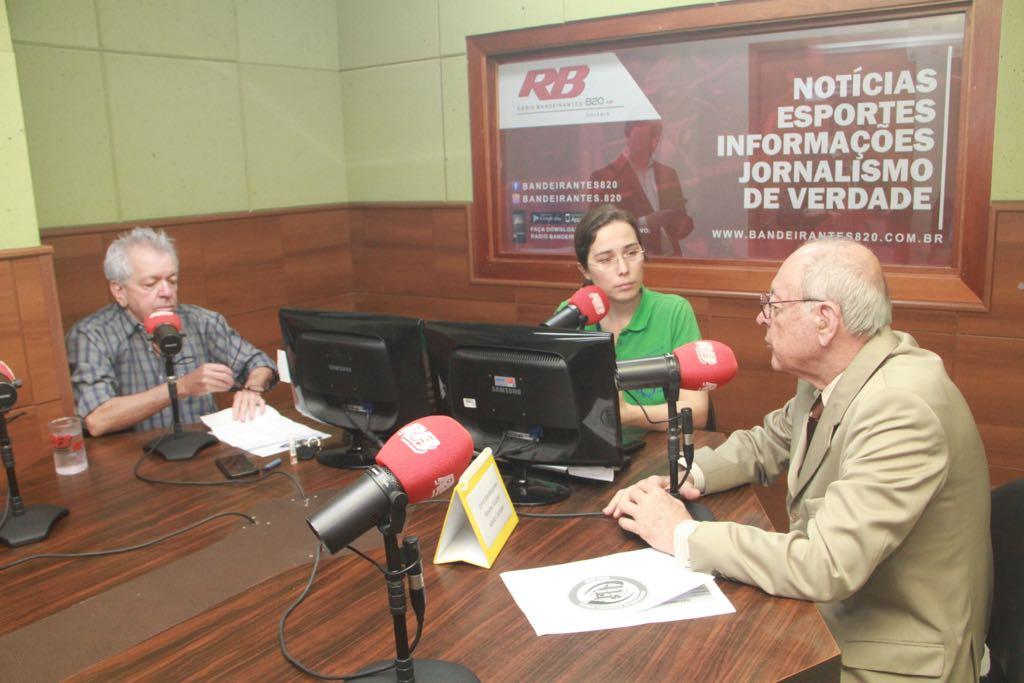 Irapuan Costa Júnior em entrevista a Rádio Bandeirantes 820, nos estúdios da rádio. Ao lado dele, da esquerda para a direita, os jornalistas Adolfo Campos e Rosane Kotoski.