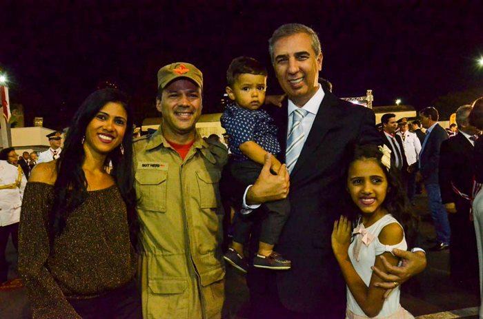 Governador José Eliton durante entrega de viaturas em evento de comemoração ao Dia Nacional do Bombeiro.